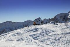 Un détail de deux personnes se reposent après l'alpinisme de ski Images libres de droits
