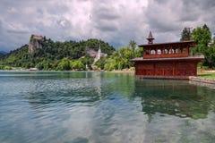 Un día cubierto en el lago sangró, Eslovenia Imagenes de archivo