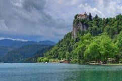 Un día cubierto en la isla y el lago Bled sangró, Eslovenia Foto de archivo libre de regalías