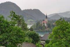 Un día cubierto en la isla y el lago Bled sangró, Eslovenia Fotografía de archivo libre de regalías