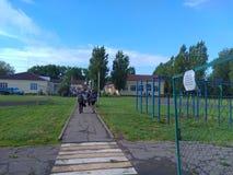 Un día de fiesta en una escuela rural fotos de archivo