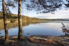Un día de invierno en el lago Finnsjon en Molnlycke Suecia Fotos de archivo