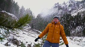Un día de invierno maravilloso en montañas del gorahv almacen de video