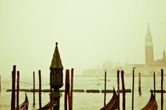 Un día de invierno de niebla en la laguna de San Marco en Venecia, con la iglesia de San Jorge en el fondo imagenes de archivo