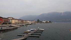 Un día de invierno ventoso en Ascona, una pequeña ciudad en el lago Maggiore almacen de video