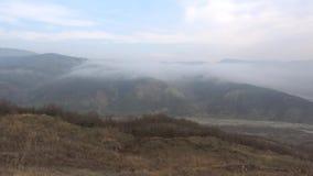 Un día de niebla de enero en las montañas de Azerbaijan almacen de metraje de vídeo