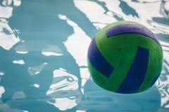 Un día en la piscina imagenes de archivo