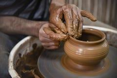 Un día en la vida de un artista de la cerámica - en la rueda de la cerámica imagenes de archivo