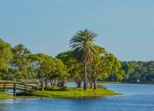 Un día hermoso para un paseo y la vista del puente de madera a la isla en Juan S Taylor Park en largo, la Florida Foto de archivo