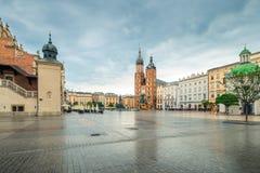 Un día lluvioso en Kraków, una vista de la plaza principal de la ciudad y foto de archivo libre de regalías