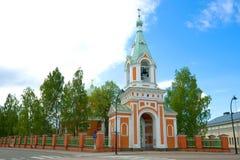 Un día nublado de junio en la iglesia ortodoxa de los apóstoles Peter y Paul Hamina, Finlandia Imagenes de archivo