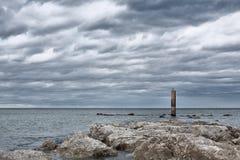 Un día nublado delante del mar Fotos de archivo libres de regalías