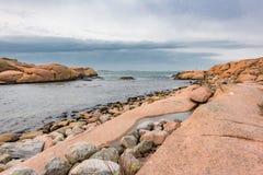 Un día nublado en la costa de Lysekil imágenes de archivo libres de regalías