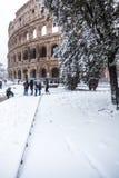 Un día precioso de nieve en Roma, Italia, el 26 de febrero de 2018: una hermosa vista de Colosseum debajo de la nieve foto de archivo