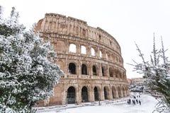 Un día precioso de nieve en Roma, Italia, el 26 de febrero de 2018: una hermosa vista de Colosseum debajo de la nieve imagen de archivo