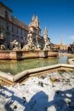 Un día precioso de nieve en Roma, Italia, el 26 de febrero de 2018: una hermosa vista fuente de Quattro Fiumi del dei del cuadrad imagen de archivo