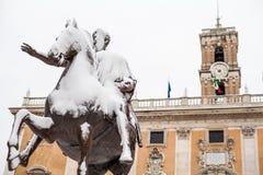 Un día precioso de nieve en Roma, Italia, el 26 de febrero de 2018: una hermosa vista de Statua Equestre de Marco Aurelio en Camp fotografía de archivo libre de regalías