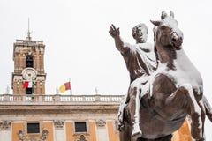 Un día precioso de nieve en Roma, Italia, el 26 de febrero de 2018: una hermosa vista de Statua Equestre de Marco Aurelio en Camp imagen de archivo