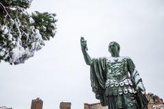 Un día precioso de nieve en Roma, Italia, el 26 de febrero de 2018: una vista de la estatua de Nerva cerca del Colosseum debajo d fotografía de archivo