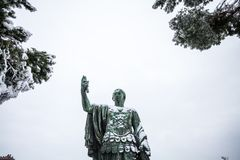 Un día precioso de nieve en Roma, Italia, el 26 de febrero de 2018: una vista de la estatua de Nerva cerca del Colosseum debajo d imagen de archivo