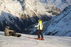 Un día soleado en deportes de un invierno recurre con la nieve y los esquiadores blancos brillantes, Ischgl, Austria Fotos de archivo libres de regalías
