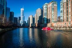 Un día soleado en el río Chicago céntrico con el barco del fuego imagen de archivo libre de regalías