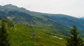 Un día soleado en las montañas suizas Fotos de archivo libres de regalías