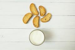 Un d?ner l?ger avant d'aller au lit, yaourt aigre dans un becher en verre et biscuits avec des raisins secs sur une table blanche photographie stock