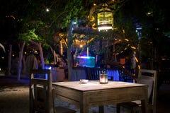 Un dîner privé romantique de plage avec des bougies Photo stock