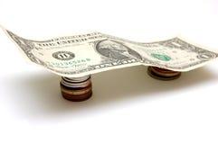 Un dólar Bill en monedas Imagen de archivo libre de regalías