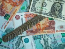 Un dólar y varias cuentas en mil y cinco mil rublos rusas y monedas, primer Imagen de archivo libre de regalías