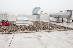 Un dôme sur le toit dans le brouillard images libres de droits