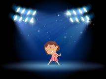 Un dancing della bambina in mezzo alla fase Fotografia Stock Libera da Diritti