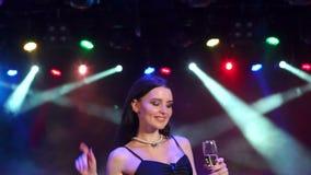 Un dancing della ragazza ad un partito in un night-club video d archivio