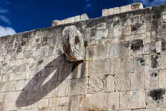 Un but dans la cour de boule chez Chichen Itza, pyramide, Photos stock