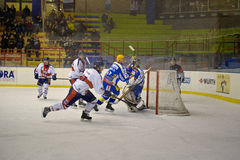un but dans le bleu rouge v de Milan de club d'hockey de jeu Photos stock