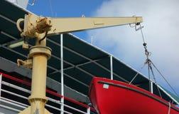 Un davier tenant un canot de sauvetage en bois rouge photos libres de droits