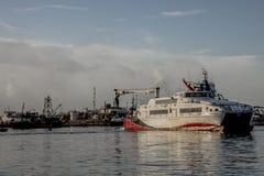 Un de l'eau roule au sol pendant qu'il quitte le dock de ferry à Port-d'Espagne, Trinidad Image stock