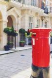 Un de la boîte aux lettres rouge caractéristique à Londres centrale dans Mayfa Image libre de droits