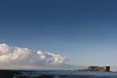 Grande pierre en mer pendant le matin Photographie stock libre de droits