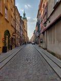 Un de la rue dans la vieille ville à Varsovie image stock