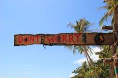 """Un  de worry†d'""""Don't d'inscription sur la hutte abandonnée en bois sur un fond de ciel Image stock"""