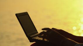 Un declino sull'isola di Phu Quoc Donna di affari che lavora con il computer portatile sulla spiaggia Alto vicino del computer po video d archivio