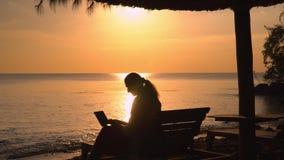 Un declino sull'isola di Phu Quoc La donna di affari lavora alla spiaggia La siluetta del ` s della donna archivi video