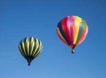 Un decollo dei due aerostati di aria calda Fotografia Stock