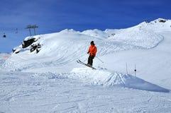 Un decollo dello sciatore fotografie stock