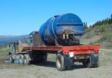Un deisel que lleva del camión parqueado en una demanda del oro que es preparada para minar en Canadá septentrional fotos de archivo libres de regalías