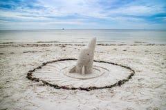 Un delfín lindo y atractivo bien hecho de la arena a lo largo de la orilla de fuerte Myers, la Florida imagen de archivo