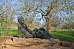Un ` dello studente del liceo di Pushkin del ` della scultura in un giardino dell'Apple-albero nella mattina solare di maggio Fotografia Stock