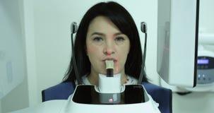 Un dentista che mostra sullo schermo i raggi x e spiegato al paziente L'ortodontista dice il paziente circa la saggezza video d archivio